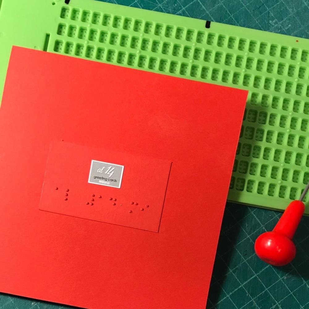 Biglietti di auguri tattili con scritte Braille.